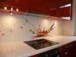 Szkło jako jeden z popularniejszych materiałów do wykonania kuchni. Jakie ma atuty oraz z jakiego powodu należy je wybrać?