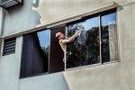 Mycie okien w olbrzymim mieście nie w każdym przypadku jest czynnością wykonywaną przez właścicielki mieszkania