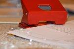 Pakowanie przedmiotów w firmie za pomocą różnorodnych produktów takich jak: foli, taśm itp.